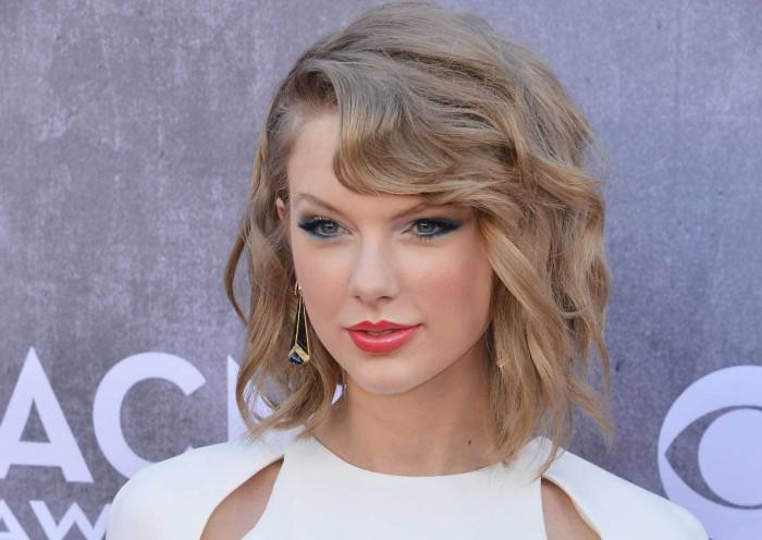 Taylor swift change compl tement de coupe cheveux lors des for Coupe de cheveux corey taylor