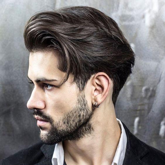 Généralement les hommes ont des cheveux courts mais certains choisissent les cheveux mi,longs! Un choix plein de charme et séduisant.