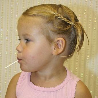 10 coiffures ultra rapides pour petite fille coiffure simple et facile. Black Bedroom Furniture Sets. Home Design Ideas