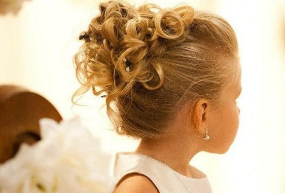 chignon fillette pour mariage photos coiffures de crmonie. Black Bedroom Furniture Sets. Home Design Ideas