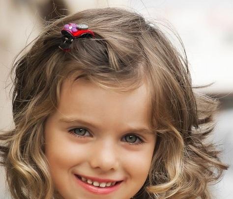 20 magnifiques coiffures pour petites filles coiffure simple et facile. Black Bedroom Furniture Sets. Home Design Ideas