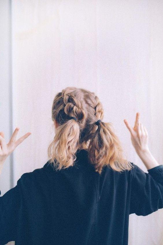 10 belles coiffures faciles sur cheveux courts. Black Bedroom Furniture Sets. Home Design Ideas