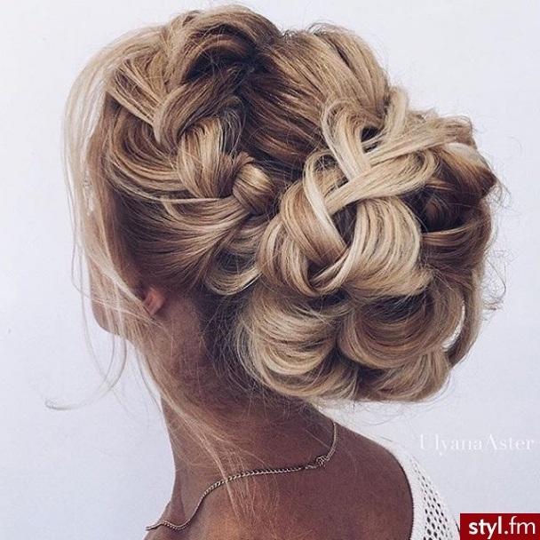 coiffures magnifiques pour soir e romantique coiffure simple et facile. Black Bedroom Furniture Sets. Home Design Ideas