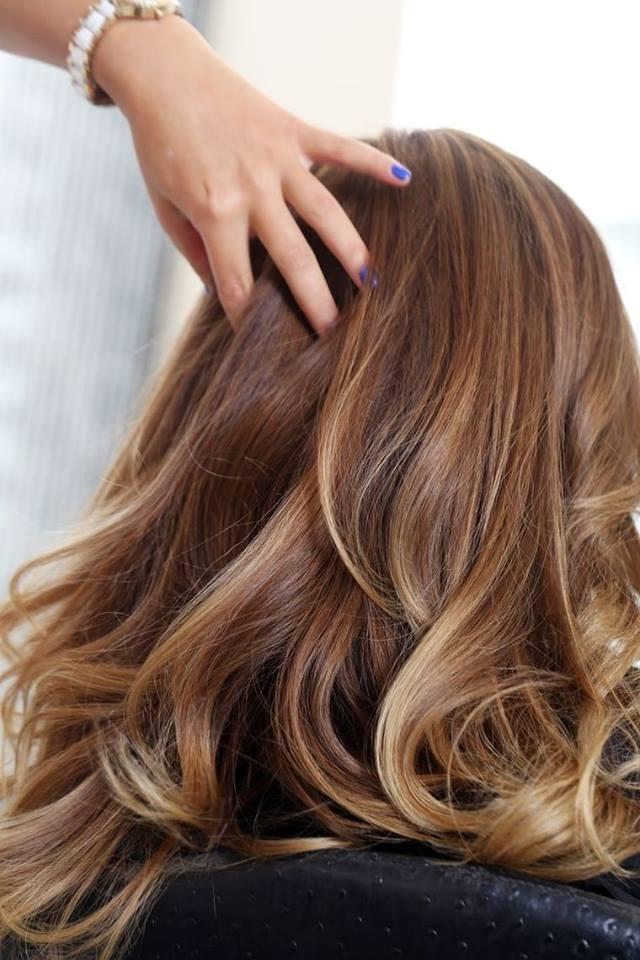 Coiffure balayage cheveux long mi long et court coiffure simple et facile - Brune avec meche caramel ...