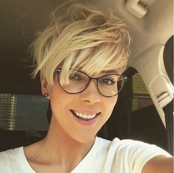Cheveux courts femme lunettes | Coiffure simple et facile